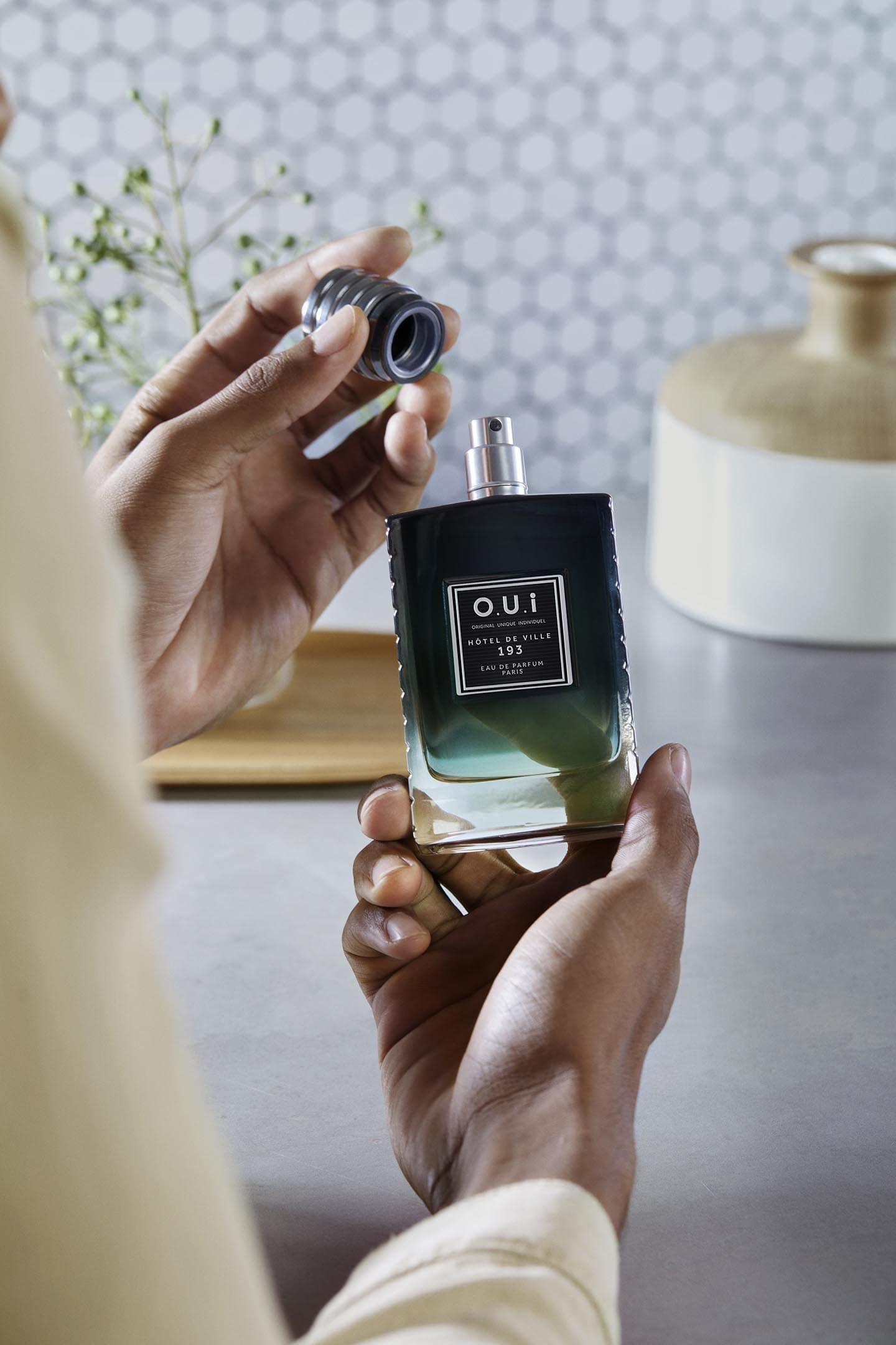 Photo homme enlevant bouchon parfum Hôtel de ville 193
