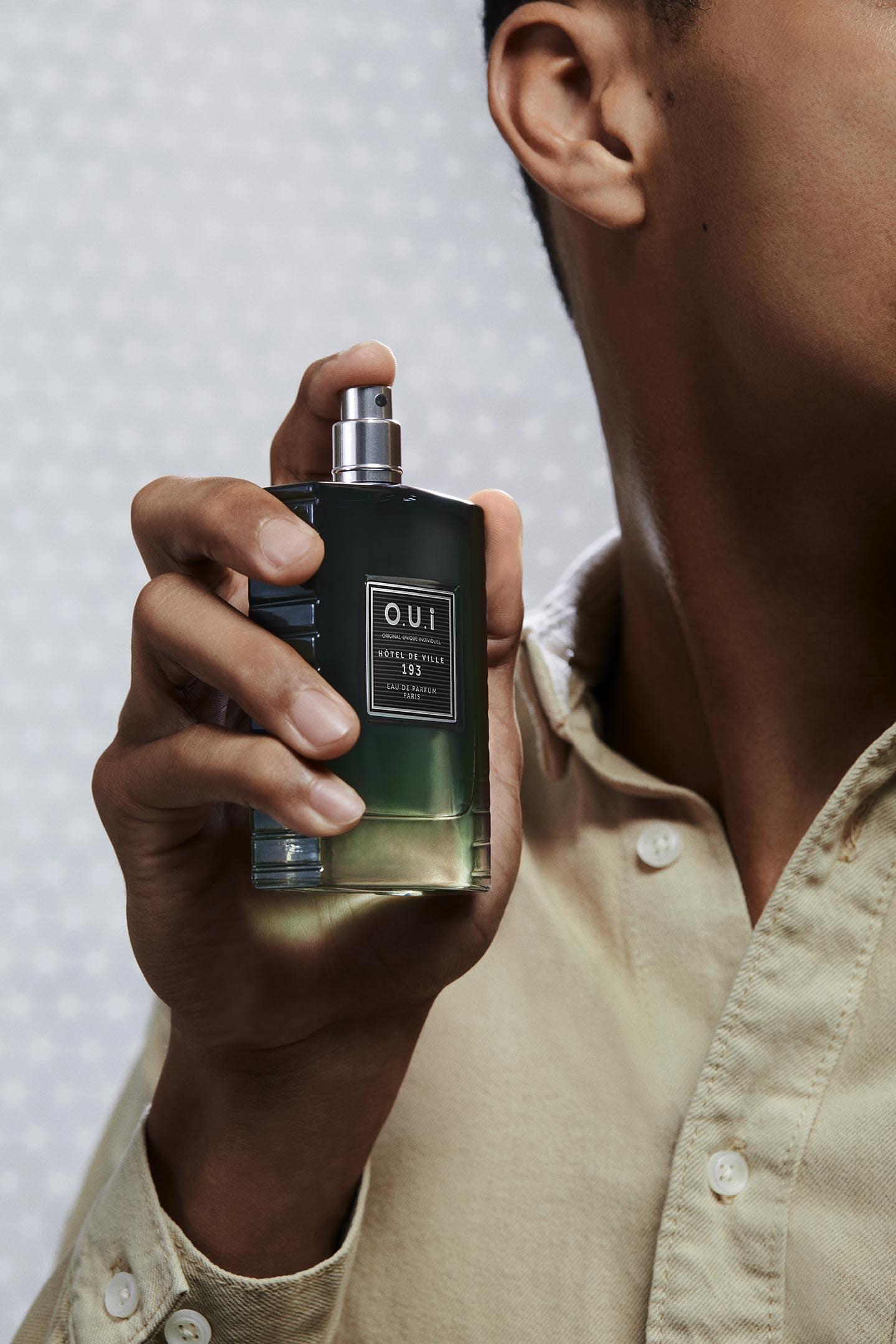 Photo homme tenant parfum Hôtel de ville 193